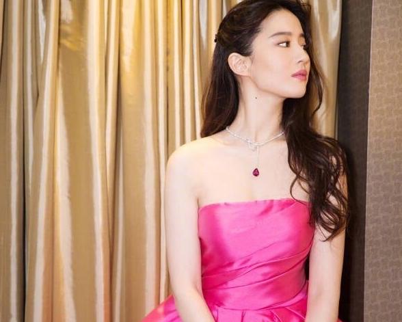 刘亦菲的锁骨终于营业了,当她穿礼服的时候,这锁骨我羡慕哭了!-第3张图片