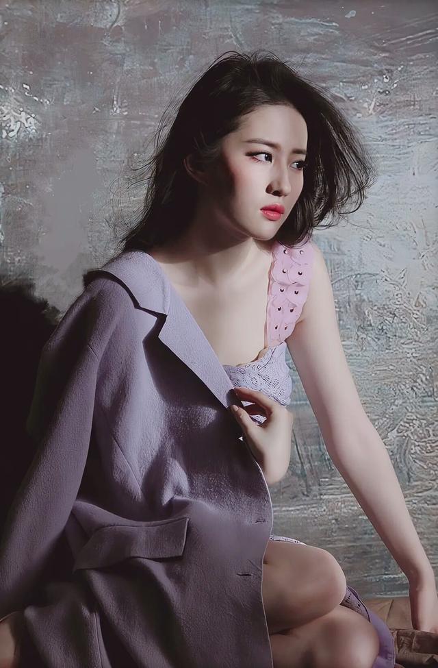 刘亦菲紫色连衣裙淡雅浪漫、气质独特