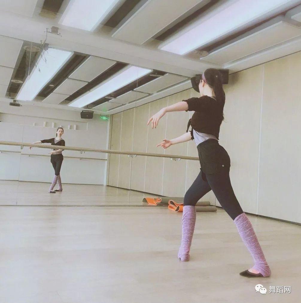 刘亦菲在练功房跳舞,基础相当扎实-第2张图片